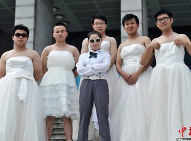 Các nam sinh viên khoa báo chí trong vai trò cô dâu.