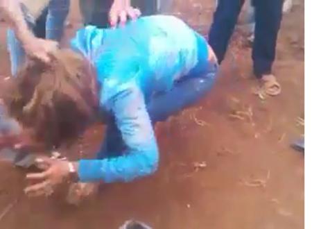 Hình ảnh cắt từ clip, cho thấy cô gái đang bị đánh hội đồng.