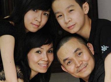 Kèm với bức ảnh gia đình, Xuân Hinh viết trên trang fanpage chính thức: