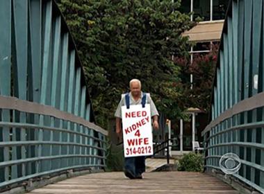 Cụ ông 78 tuổi đeo tấm biển lang thang khắp đường phố để cứu vợ.