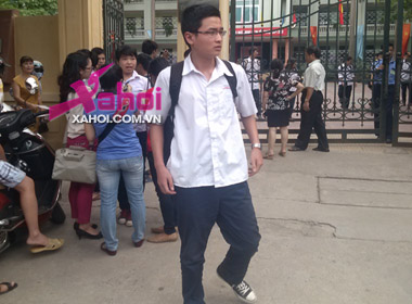 Thí sinh sau buổi thi đầu tiên tại điểm thi THPT Nguyễn Bỉnh Khiêm