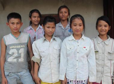 Lê Văn Được (ngoài cùng bên trái) cùng 5 bạn gái được cứu khỏi chết đuối