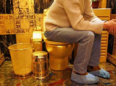 Phòng tắm sang trọng với khu toilet nạm vàng đáng giá 3 triệu bảng Anh ở thành phố London. Những vị khách khi vào đây sẽ được đi giày để tránh trầy xước lên sàn nhà lát vàng.