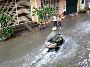 Mưa lớn gây ngập nhiều con đường ở Hà Nội.