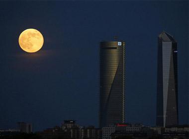 """""""Siêu mặt trăng"""" xuất hiện các tòa nhà cao tầng tại thành phố Madrid, Tây Ban Nha"""