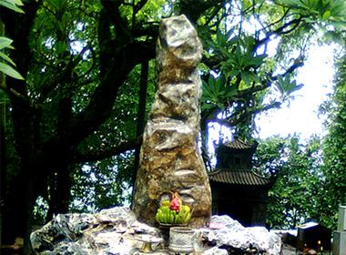 """""""Cột đá lạ"""" ở Đền Thượng, Đền Hùng"""