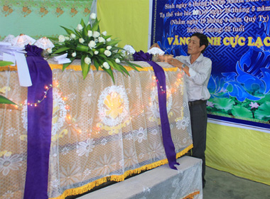 Ông Hùng lo khâm liệm cho một đám tang ở phường Hương Sơ.