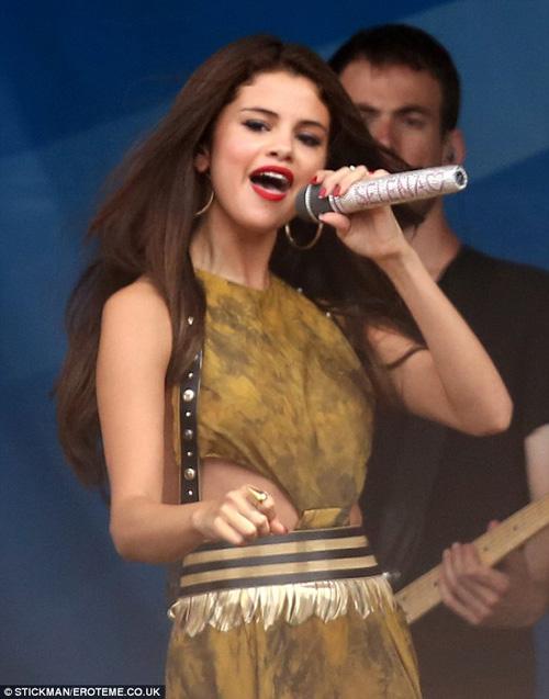 """Selena Gomez liên tục lộ """"tam giác mật"""" trên sân khấu vì nhảy sung selena06jpg1372647331"""