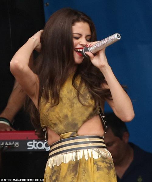 """Selena Gomez liên tục lộ """"tam giác mật"""" trên sân khấu vì nhảy sung selena13jpg1372647332"""