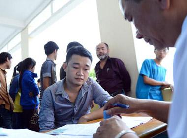Dự thi sát hạch cấp giấy phép lái xe mô tô hạng A1 tại trung tâm sát hạch lái xe của trường trung cấp nghề số 7 trên đường Thành Thái, quận 10, TP.HCM chiều 30/6.