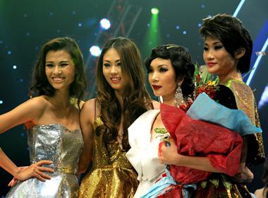 Chân dài Mai Thị Giang (thứ hai từ trái qua) đăng quang VN's Next Top Model 2012.