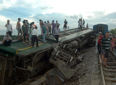 Đâm xe container, tàu hỏa Hà Nội - Hải Phòng bị lật