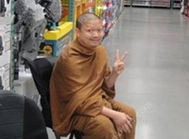 Nhà sư Luang Pu chụp ảnh