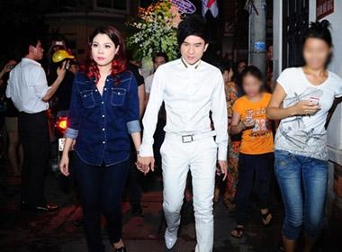 Đan Trường dắt tay Thanh Thảo đến viếng Wanbi Tuấn Anh lúc nửa đêm