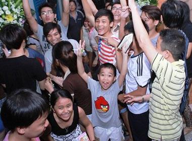 Đám tang Wanbi Tuấn Anh: Hỗn loạn cảnh trẻ con, hàng xóm la hét xin chữ ký