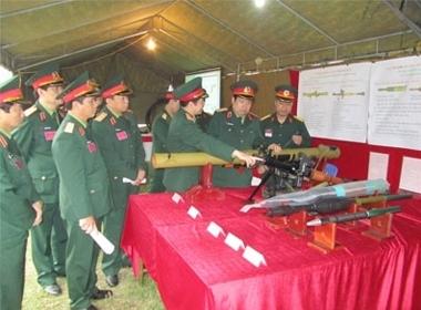 Bộ trưởng Quốc phòng Phùng Quang Thanh kiểm tra súng chống tăng RPG-29 cùng các loại đạn chống tăng, diệt bộ binh thế hệ mới do Việt Nam tự sản xuất .