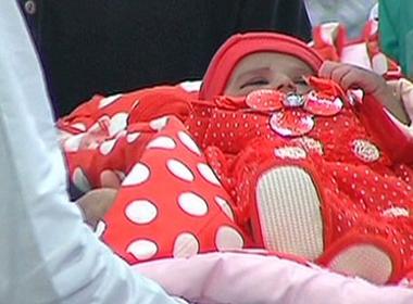 """Một em bé đã được """"trao tặng"""" trong chương trình mới đây. Ảnh: Internet"""