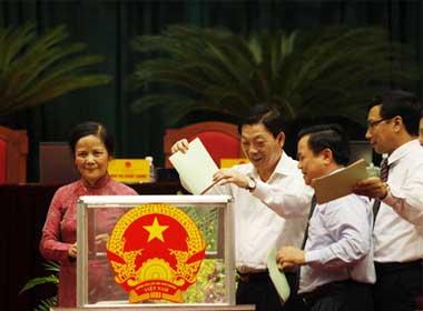 Chủ tịch UBND TP Hà Nội Nguyễn Thế Thảo (thứ 2 từ trái sang) bỏ phiếu tín nhiệm - Ảnh: T.Sơn