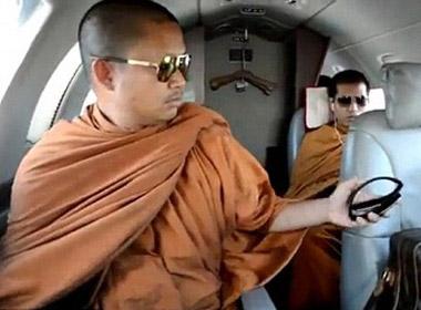Những tu sĩ Thái Lan đang gây bão chỉ trích với lối sinh hoạt đậm đặc vật chất xa hoa, đắt tiền của mình