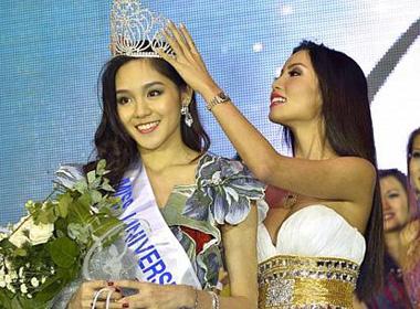 Shi Lim nhận vương miện từ người tiền nhiệm Lynn Tan.