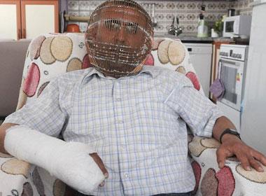 Cận cảnh chiếc lồng sắt chụp kín đầu ông Ibrahim Yücel.