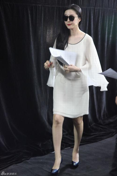 Chiếc Váy Xuôn Trắng Mềm Mại Bị Nhăn Nheo Do Di Chuyển Vô Tình Để Lộ Vùng  Bụng To Của Người Đẹp, Và Trông Không Chênh Lệch Với Vòng Một Là Bao.