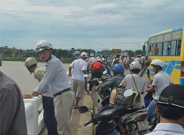 Người dân hiếu kỳ tụ tập đến xem đội cứu hộ tìm kiếm nạn nhân