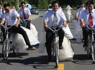 Những chú rể chở cô dâu bằng xe đạp