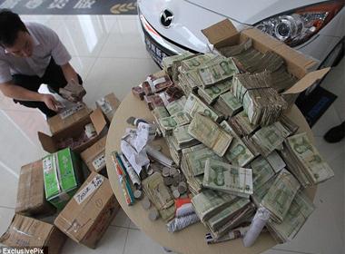 Tổng cộng có tất cả 10 thùng giấy đựng toàn tiền lẻ và tiền xu