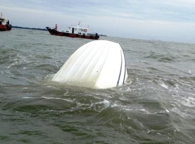 Một phần chiếc tàu gặp nạn nhô lên mặt nước