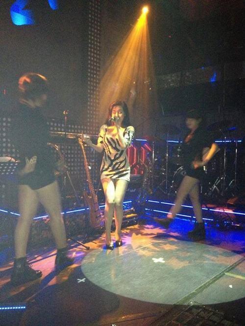 Lộ clip Bà Tưng hát nhảy sexy tại quán bar Sài Gòn | Clip bà Tưng, Clip Bà Tưng hát tại quán bar, Hot blogger, Bà Tưng đi hát bar, Bar Sài Gòn, Bà Tưng sexy, Bà Tưng bị hủy diễn, Facebooker, Bà Tưng bị cấm diễn