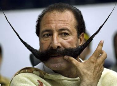 Malik Amir Mohammad Khan Afridi tự hào vì bộ ria mép khủng của mình