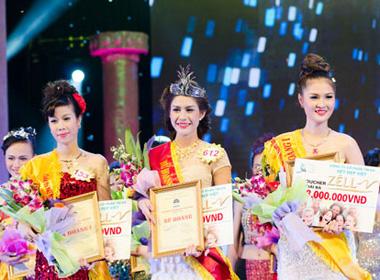 Nữ hoàng Trang sức (giữa), Á hoàng 1 Trần Thị Kim Anh (phải) và Á hoàng 2 Đoàn Thị Xuân (trái)