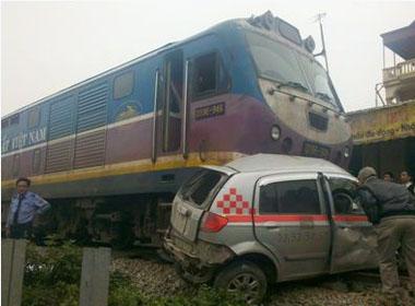 Tàu hỏa đâm taxi, 1 người tử vong