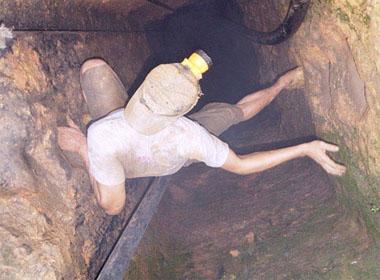 Một phu vàng đang liều mình chui vào hầm vàng ở xã Tam Lãnh, huyện Phú Ninh