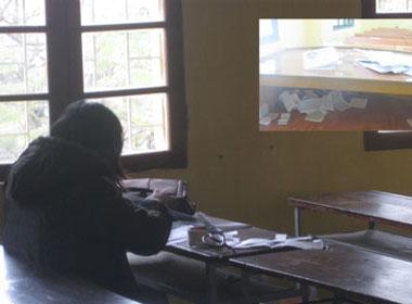 """Với hình thức thi trên máy tính, thí sinh sẽ không còn cơ hội dùng """"phao thi"""" như kỳ thi trước. (Ảnh chụp tại kỳ thi tuyển công chức Hà Nội năm 2012)"""