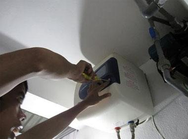 Chiếc bình nước nóng cũ dò điện khiến 2 bố con bị giật chết. (Ảnh minh họa)