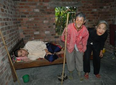 Hai cụ già đau đớn nhìn con chết mòn vì bệnh nan y
