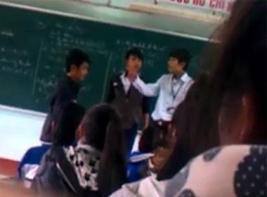 Hình ảnh thầy và trò đánh nhau trên bục giảng - (Ảnh cắt từ clip)