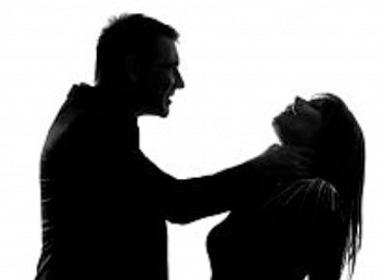 Chồng giết vợ rồi tự vẫn không chết, lê lết đi đầu thú