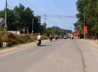 Người đàn ông mặc áo trắng lạng lách chạy xe sang làn đường ngược chiều.