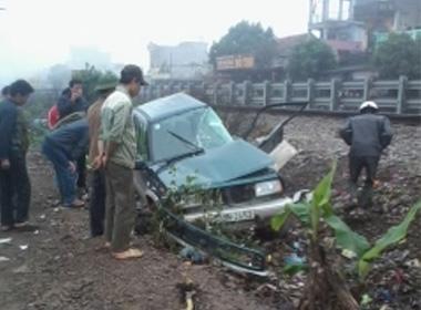Tàu hỏa tông xe chở giám đốc ngân hàng, 2 người bị thương