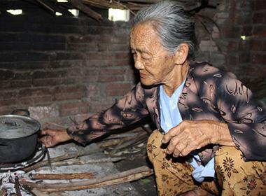 Thương cảnh mẹ già 70 tuổi nuôi đứa con bị liệt