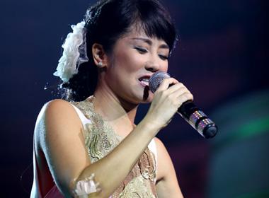 Hồng Nhung bị thương vẫn hát cực sung