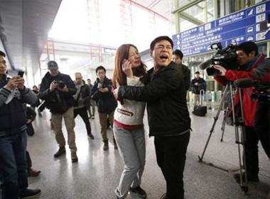 Một người phụ nữ được cho là người thân của một hành khách trên chuyến bay MH 370 bật khóc tại sân bay quốc tế Bắc Kinh. Ảnh: Reuters