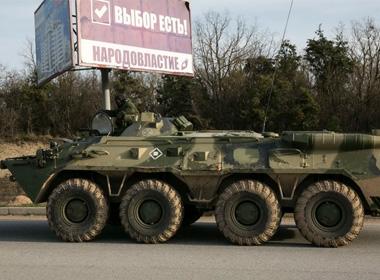Xe quân sự, có thể của quân đội Nga, di chuyển ở Sevastopol - Ảnh: Reuters