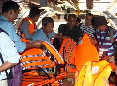 Vụ máy bay Malaysia mất tích: Việt Nam chuẩn bị vật dụng phục vụ cho công tác tìm kiếm cứu nạn. (Ảnh: Trọng Đức/TTXVN)