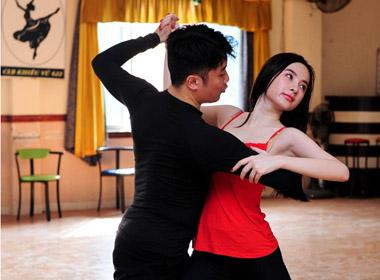 Phương Trinh say sưa luyện tập cùng giám khảo Hồng Việ