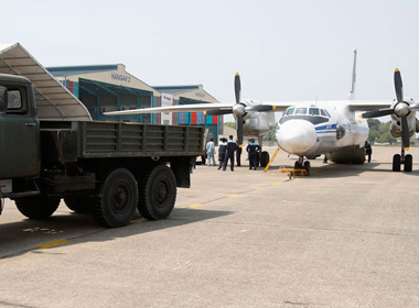 Xe tải kéo máy bay AN-26 của Việt Nam vừa trở về sau đợt tìm kiếm trong ngày 13/3 (Ảnh: Reuters)