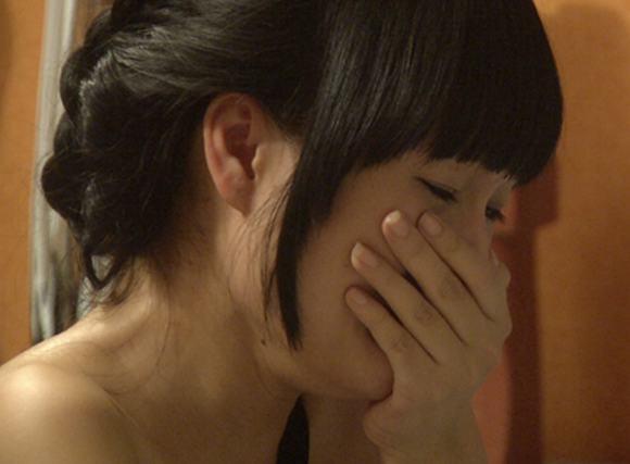 'Bà mẹ một con' không kiềm được xúc động khi gọi điện thoại về gia đình